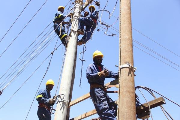 Foto pekerja Kenya Power memasang tiang beton untuk menggantikan tiang kayu di Kota Eldoret, Kabupaten Uasin Gishu.