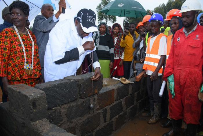 The DP placing the foundation stone of Kabirirsang Rehabilitation Centre, Emgwen, Nandi County.