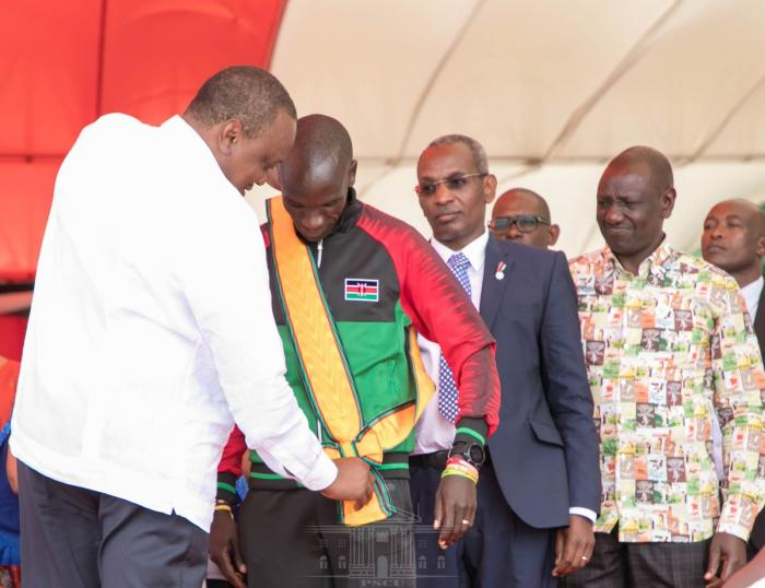 President Uhuru Kenyatta honours Eliud Kipchoge at the Mashujaa Day celebrations which was held at the Mama Ngina Waterfront in Mombasa on Sunday, October 20