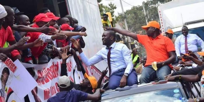 Jubilee and ODM supporters peacefully greeting each other during their campaigns in Kibra on Monday, September 10. This was before Mariga's candidature was invalidated by IEBC after his name was found missing in the voter register.