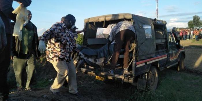 Detectives take away the bodies of the three family members from a shallow grave in a cemetery in Thingithu area, Nanyuki on Saturday, November 16.