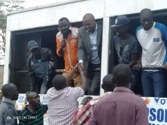 Kuria and Musungu greet the crowds in Kibra