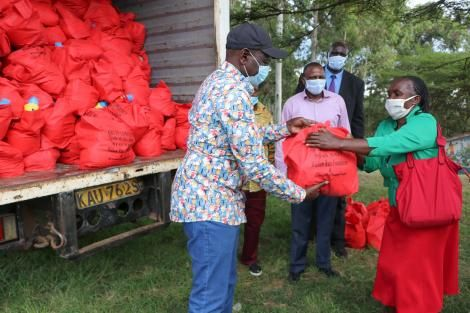 Deputy President William Ruto hands out Covid-19 donations in Kikuyu. May 20, 2020..