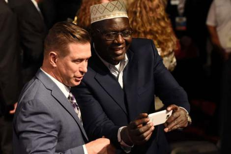 Malik Obama (Right) poses with actor Steve Baldwin after the final presidential debate at the University of Las Vegas in the United States in October 2016