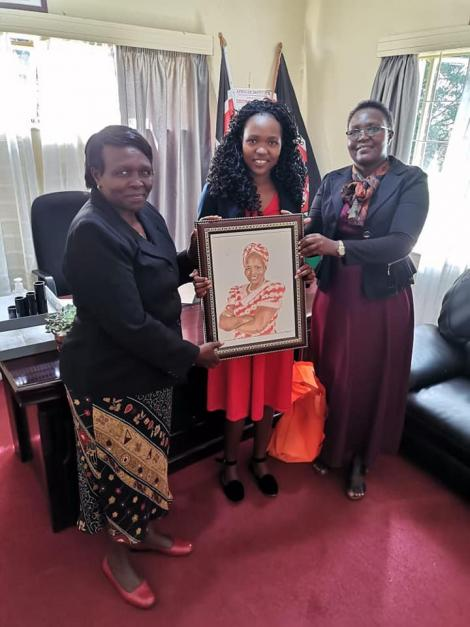 Pencil artist Ruth Muge gifting Uasin Gishu senator Prof Margaret Kamar with a portrait on Friday, August 28