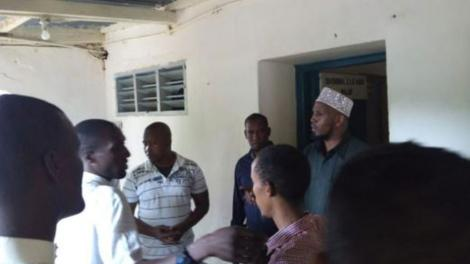 Arbajahan ward representative Osman Muktar (second right) and his Wagalla Ganyure ward counterpart Ahmed Abdi (right) at the Wajir Police Station on July 12, 2018 following their arrest over chaos in the Wajir County Assembly.