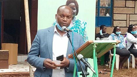 Kirinyaga Deputy Governor Peter Ndambiri addresses mourners at a burial ceremony in Mwea, Kirinyaga County on July 2, 2020