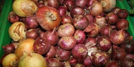 Onions in the market. Kieni farmers have complained over flooding over the local market with imports from neighbouring markets.