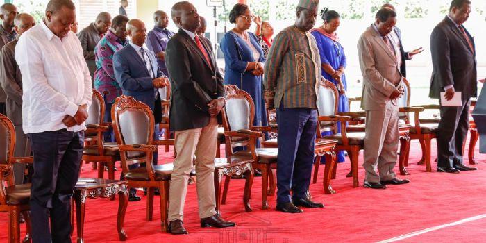 Photo of Raila's 'Menacing' Look as Ruto Prays Goes Viral - Kenyans.co.ke