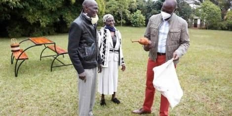Deputy President William Ruto (Right) inspects a harvest of cassava and yams he received from Kamunyu Wambugu and Isabella Wanjiru on July 21, 2020