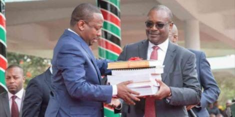 Nairobi Governor Mike Sonko receives documents from former Governor Evans Kidero after his swearing-in in Uhuru Park on August 21, 2017.