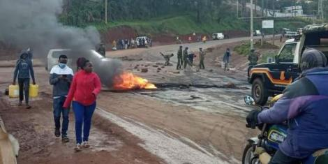 Youth barricade a road in Kisii ahead of planned DP Ruto meeting in the town on September 10, 2020.